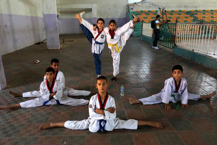 لاعبو كاراتيه يشاركون في فصل للكاراتيه في خان يونس جنوب قطاع غزة.