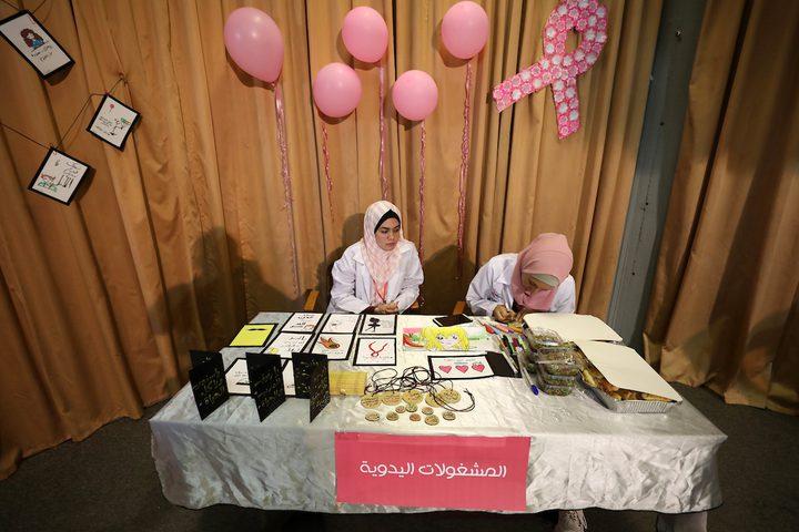 مواطنون يشاركون في حملة التوعية بسرطان الثدي في غزة