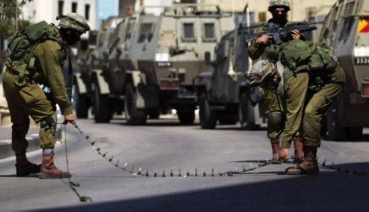 الاحتلال يفتش منازل في الخليل ويعيق حركة المواطنين