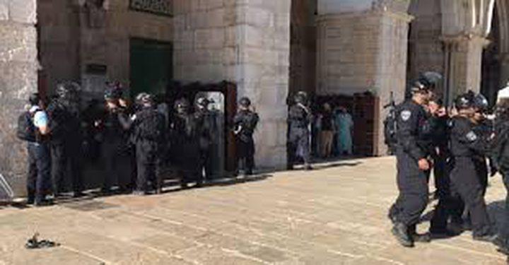 الاحتلال يعتدي على 3 مبعدين عن الأقصى