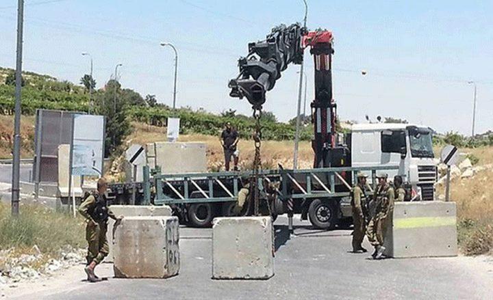 قوات الاحتلال تُغلقمدخل بلدة بيت أمر بالمكعبات الإسمنتية
