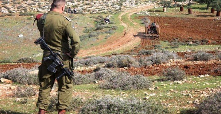 قوات الاحتلال تطرد المواطنين من أراضيهم جنوب نابلس
