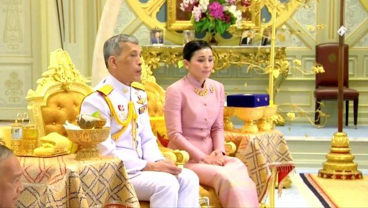 """""""تفتقد للولاء""""..ملك تايلند يجرّد زوجته الجديدة من ألقابها الملكية"""