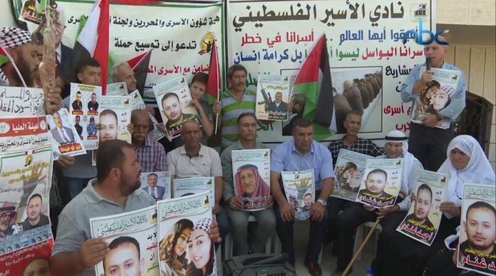 وقفة تضامنية مع الأسرى أمام مقر الصليب الأحمر في الخليل
