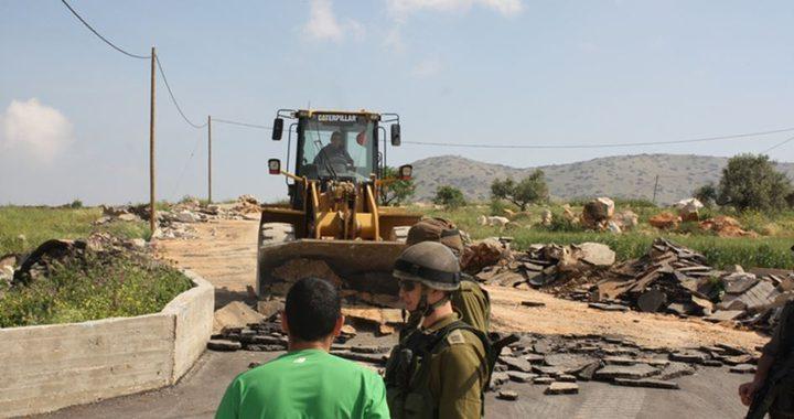 الاحتلال يجرف شارعا شرق الخليل