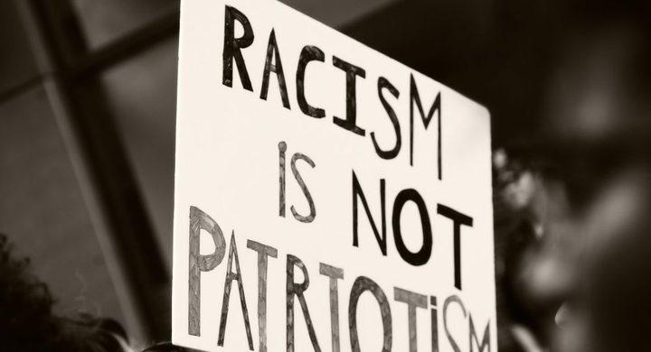 شاب يتلقى درسا عنيفا بسبب عنصريته