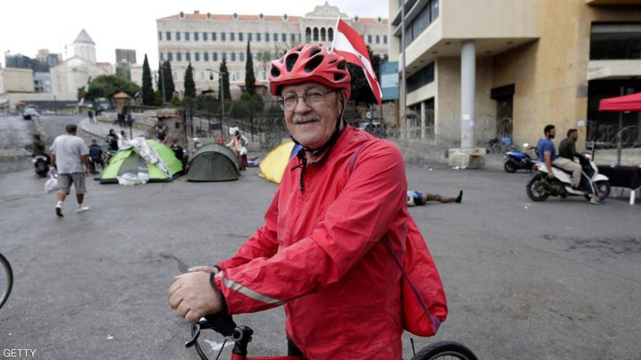 """اللبناني رجا زحلان.. عجوز يجوب لبنان من أجل """"الثورة"""""""