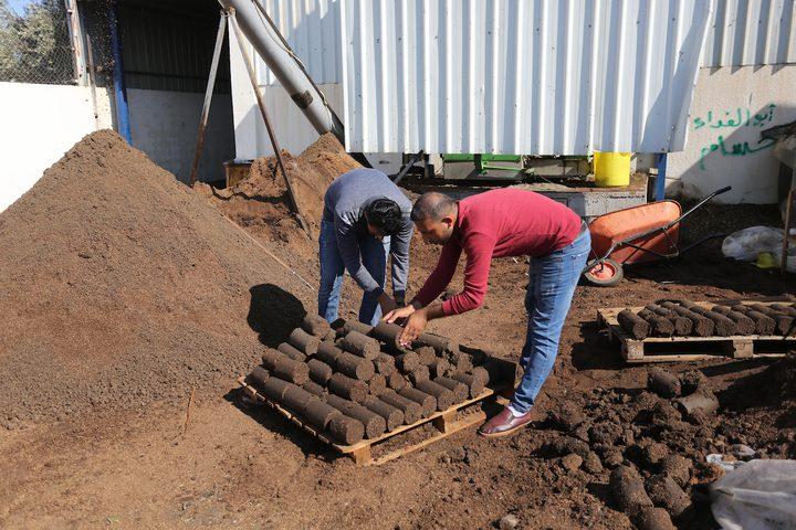 مواطنون يصنعون قوالب من لب الزيتون والذييستخدم كمصدر للطاقة في إحدى معاصر خان يونس