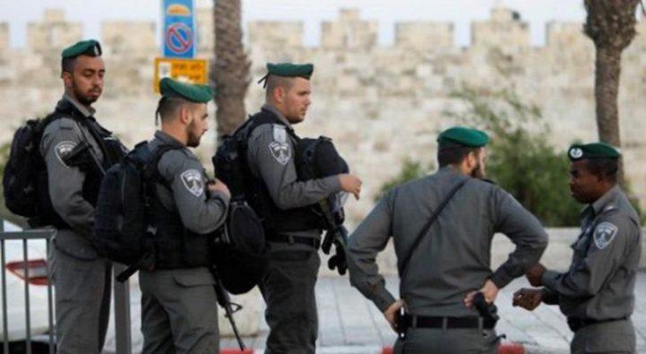 قوات الاحتلال تدنس مسجد الأربعين في العيسوية