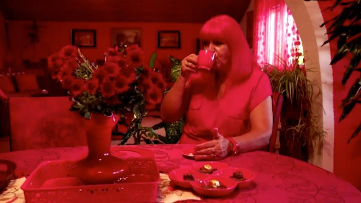 """تعرفوا على قصة """"المرأة الحمراء"""" من الألف إلى الياء"""