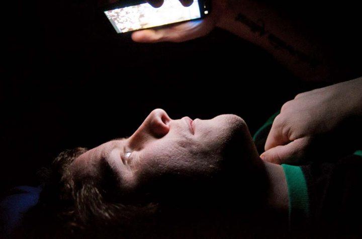 تحذير.. تصفح الهاتف قبل النوم قد يصيبك بالعمى !