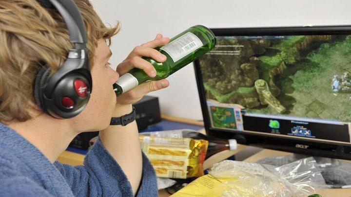 الالكترونيات تحفز المراهقين على استهلاك مواد غذائية ضارة