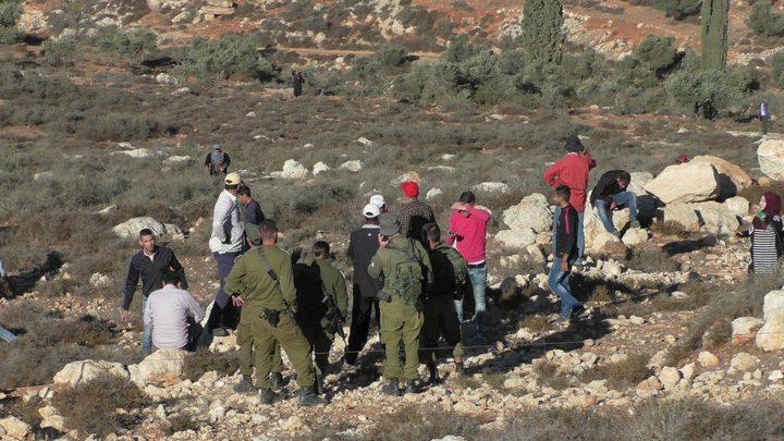 مستوطنون يهاجمون المزارعين في روجيب ودير الحطب