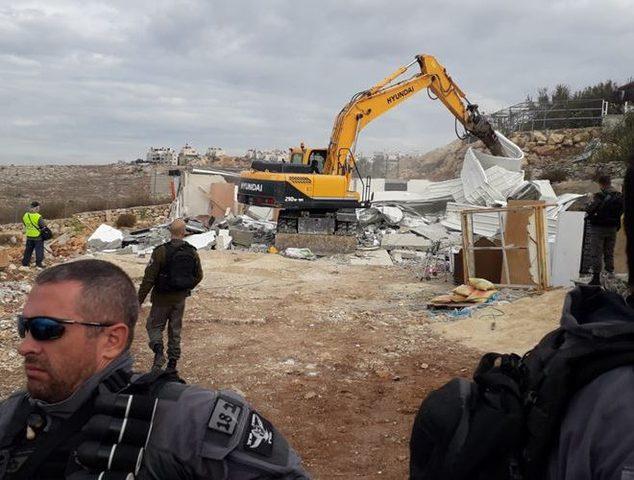 """الاحتلال يهدم جزءا من سور مدرسة التحدي """"17"""""""