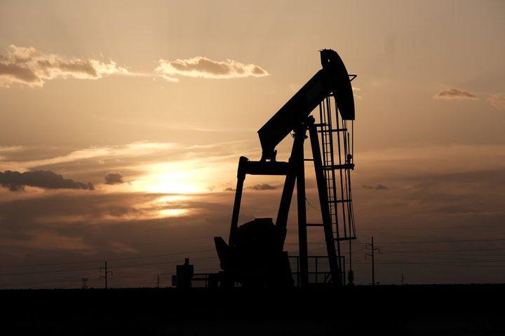 النفط ينخفض بفعل بيانات الشركات الصينية