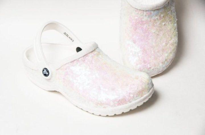 """كندا.. حذاء الـ""""كروكس"""" يضع عروس في مرمى السخرية!"""