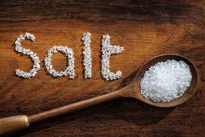 تحذير.. تناول الكثير من الملح يسبب تراكم كتل سامة في الدماغ