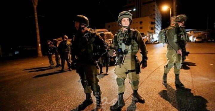 الاحتلال يحتجز 3 شبان على حاجز عسكري قرب الخليل