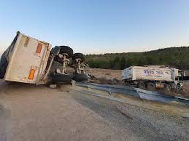 إصابة سائق شاحنة إثر انقلابها