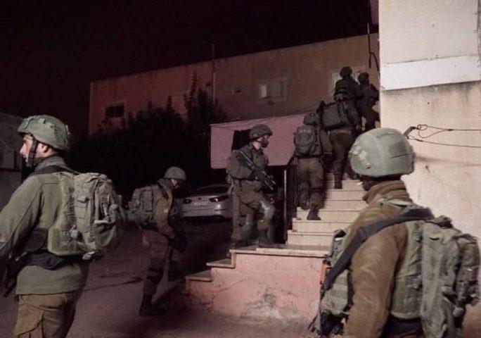 الاحتلال يعتقل أسيرا محررا من منزله في مخيم الجلزون