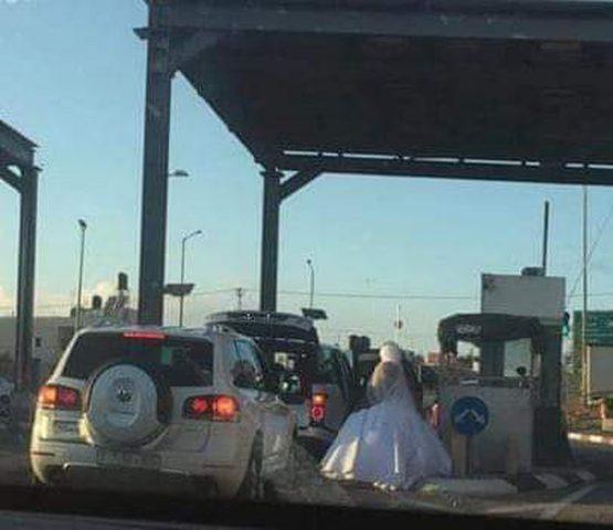 """قوات الاحتلال تحتجز عروسين على حاجز """"الكونتينر"""""""