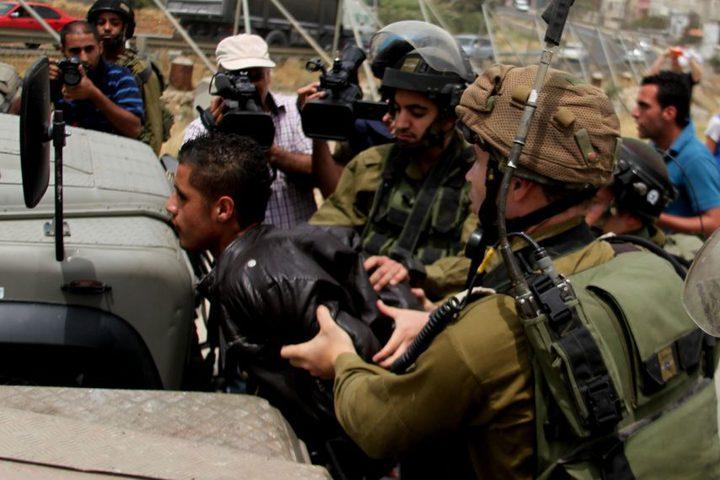 قوات الاحتلال تعتقل طالبا وتصيب آخرين بالاختناق