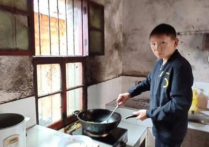شاب الثلاثيني يعاني من مرض نادر يجعله يبدو طفلا !