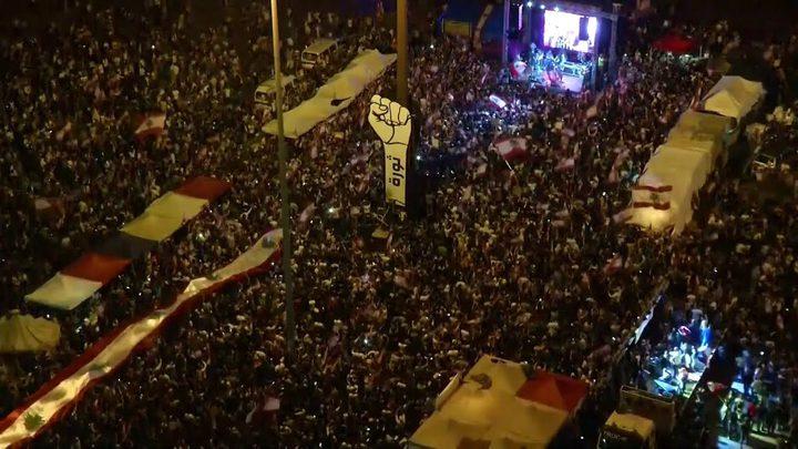 آلاف اللبنانيين يحتشدون ويواصلون التظاهر في جميع أنحاء بيروت