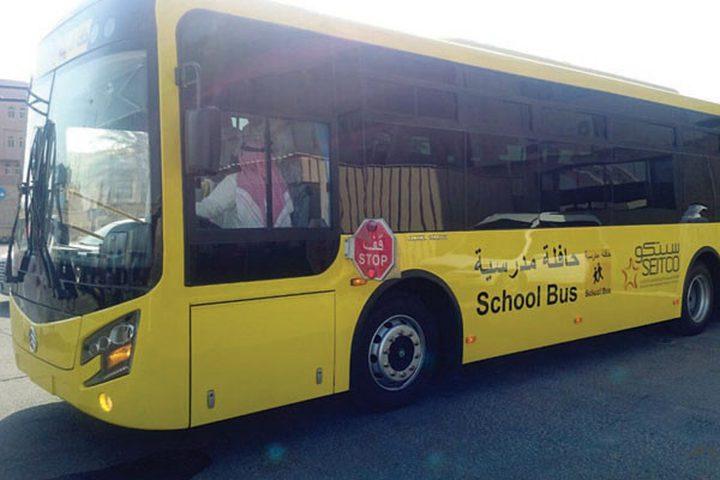 طالب ينقذ زملائه من الموت بعد وفاة سائق الحافلة المدرسية فجأة !