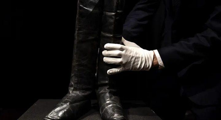 باريس.. عرض حذاء نابليون بالمنفى للبيع في مزاد علني