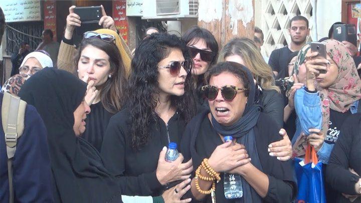 لحظات إنهيار الفنانة ناهد السباعي في جنازة هيثم زكي