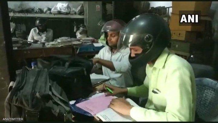 الهند.. موظفون يستعينون بخوذات الدراجات النارية للنجاة بأرواحهم !