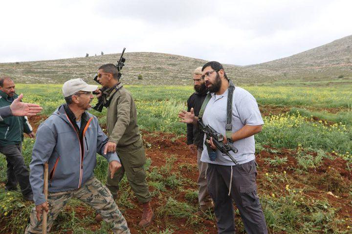 الاحتلال يقمعالمزارعين ويمنعهم من قطف الزيتون في نابلس