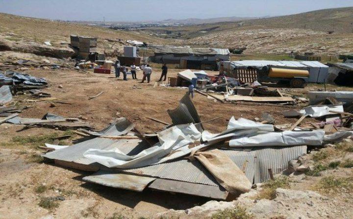 الاحتلال يهدم مسكنا وبركسا شرق القدس