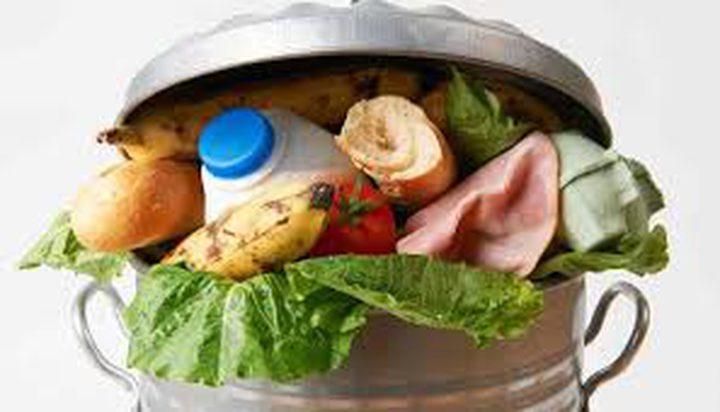 ألمانيا.. تغريم طالبتين لتناول الطعام من سلة المهملات