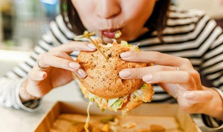 دراسة: تناول النساء العشاء في وقت متأخر يعرضهن لخطر قاتل