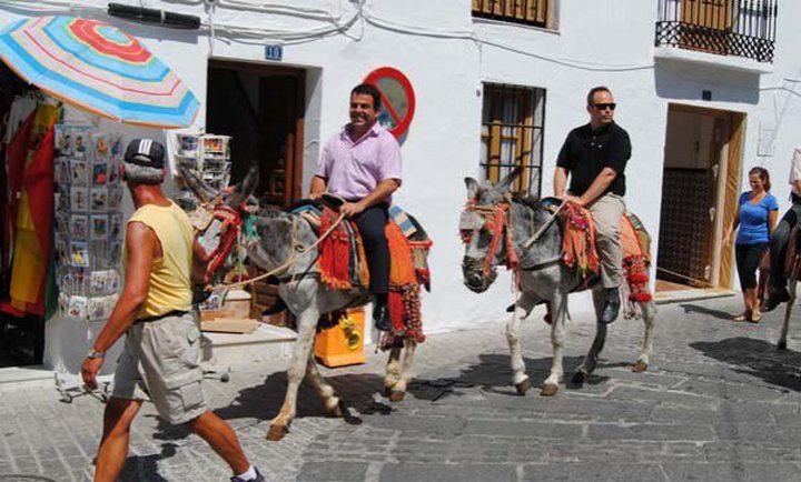 بلدة إسبانية تمنع أصحاب الوزن الزائد من ركوب الحمير !