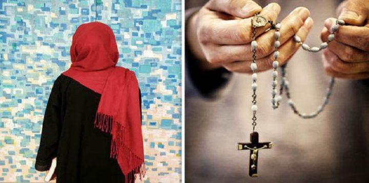 الدين محبة.. مسلمة ومسيحي ينشدان في مدح الرسول