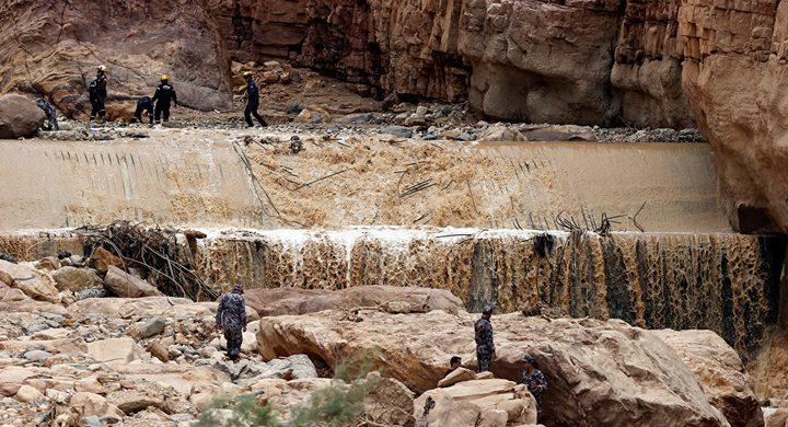 شاب سعودي يحاول تحدي الطبيعة