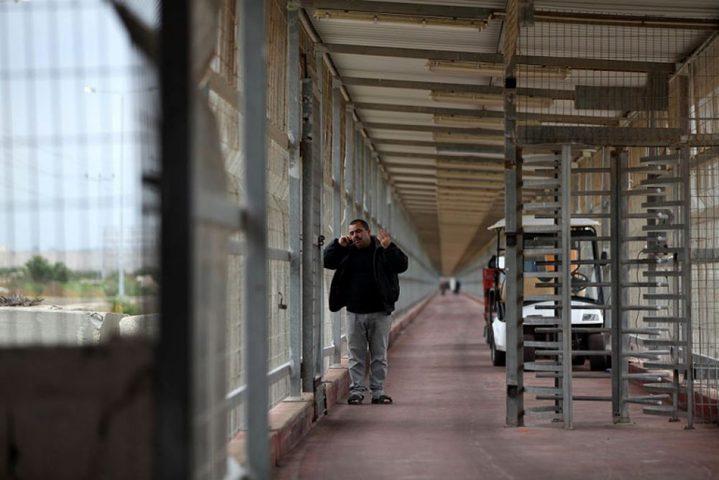 الاحتلال يعتقل تاجرًا على حاجز بيت حانون
