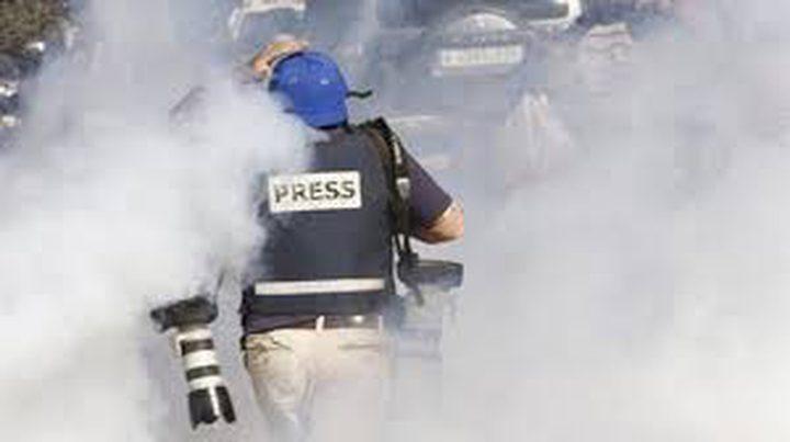 إصابات بالاختناق خلال قمع الاحتلال وقفة تضامنية مع الصحفي عمارنة