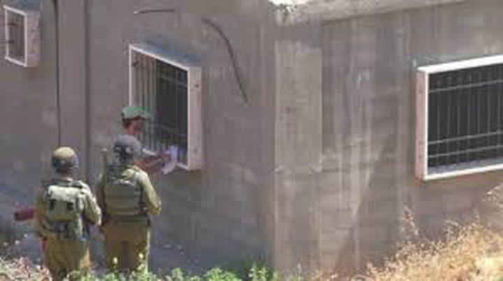 الاحتلال يخطر بهدم منزل ويصور غرفا سكنية شرق يطا