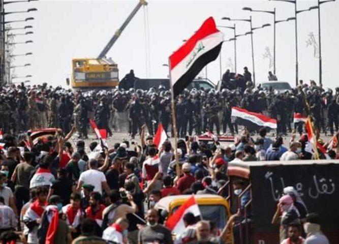 المحتجون يسيطرون على ثالث جسر في بغداد