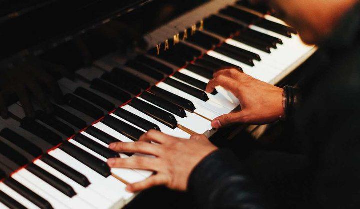 مريض يعزف 'البيانو' أثناء جراحة في دماغه