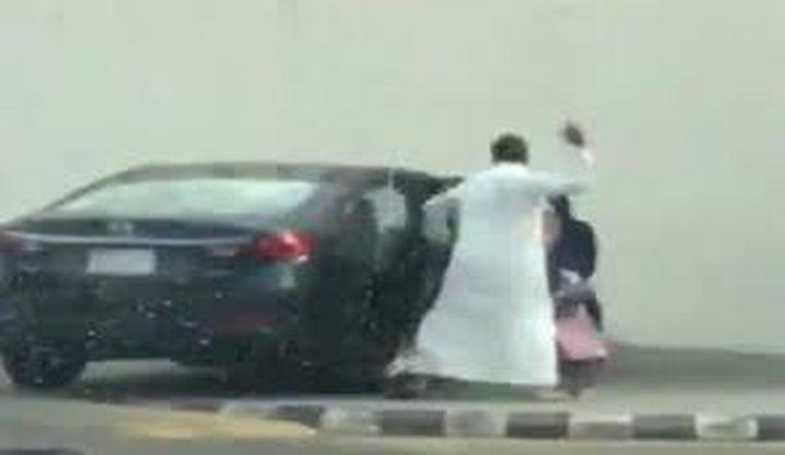 سعودي يعنف ابنته بشدة ويثير جدلا