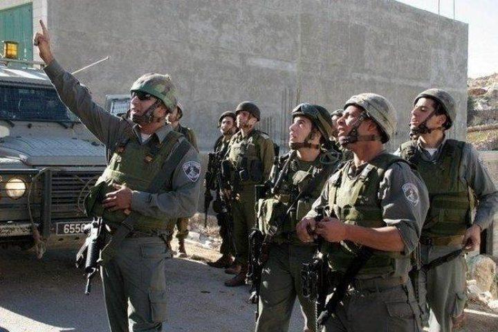 قوات الاحتلال تستدعي شابا وتستولي على 12 ألف شيكل