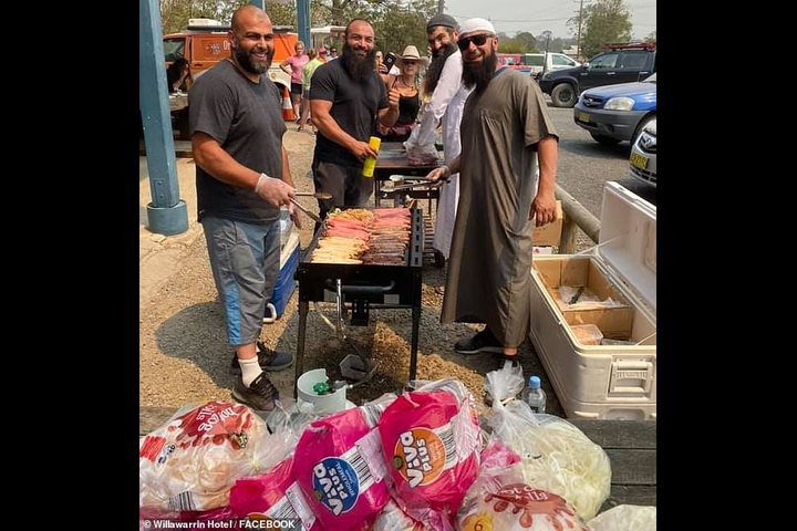 شباب مسلمون يطعمون ضحايا حرائق الغابات الأسترالية