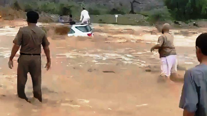سائق جرافة يقتحم سيلا جارفا وينقذ 3 أشخاص