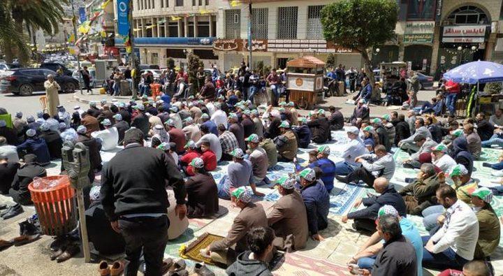 """المئات يؤدون """"الجمعة"""" وسط نابلس"""