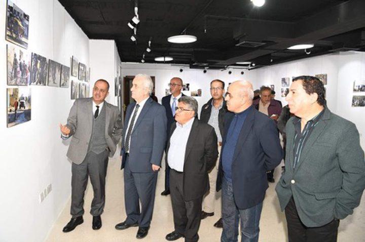 الإعلامي اشتيه يعرض الوجع الفلسطيني في معرض بعمان